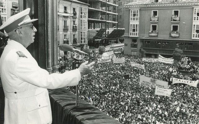 Instantánea de Francisco Franco saludando a la multitud. Publicada Número 104